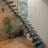 Fabricant-L-escalier-metal-Vertou-Nantes-44-tout-acier-limon-central-retro-bistrot-art-nouveau-moderne-sur-mesure-design-2